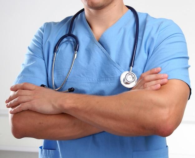 Doktor in der blauen uniform und im stethoskop.