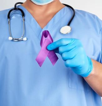 Doktor in der blauen uniform und in den latexhandschuhen hält ein purpurrotes band als symbol der frühen forschung und der krankheitsbekämpfung