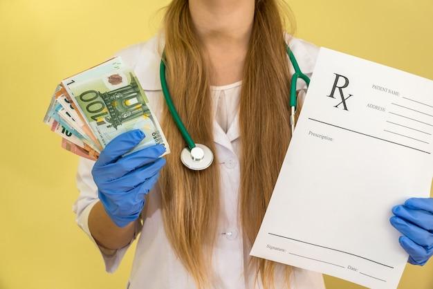 Doktor in handschuhen, die dollars und rezept halten