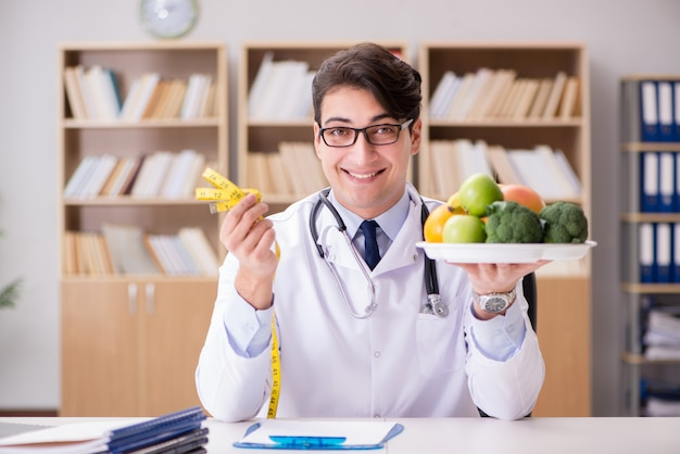 Doktor in nährendem konzept mit obst und gemüse