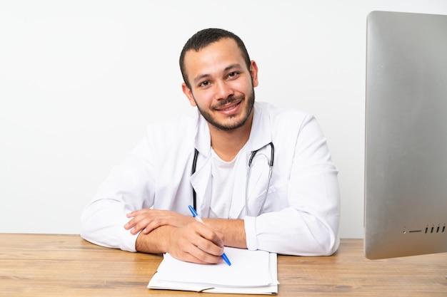 Doktor kolumbianischer mann, der in einer tabelle workinng ist