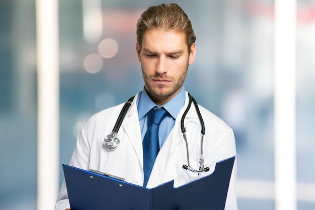 Doktor liest ein dokument