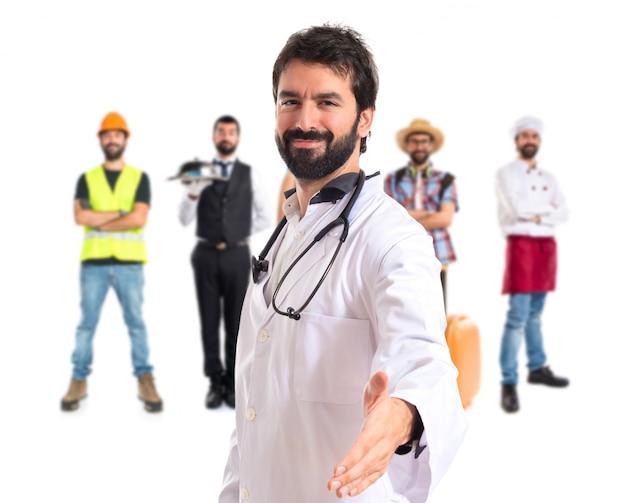 Doktor macht einen deal über isolierten weißen hintergrund