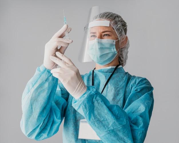 Doktor macht einen impfstoff fertig