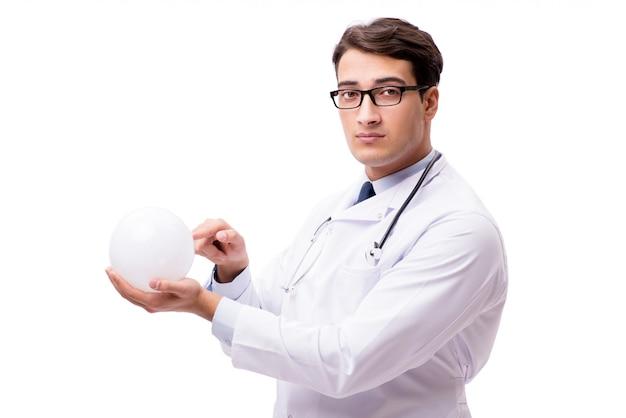 Doktor mit der kristallkugel getrennt auf weiß