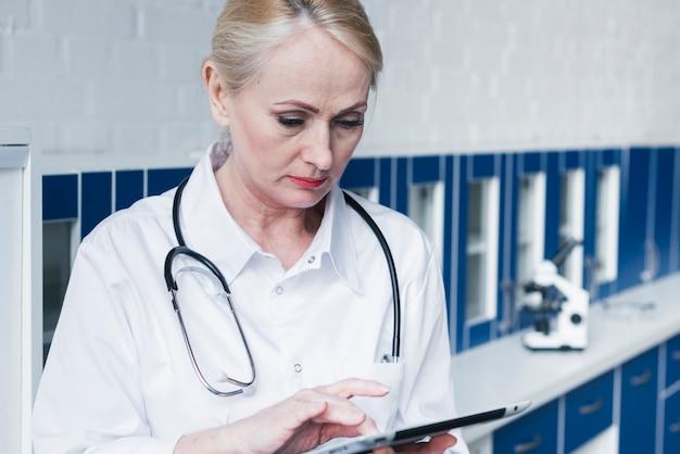 Doktor mit einem stethoskop und einer tablette
