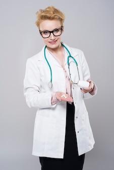 Doktor mit einer handvoll pillen