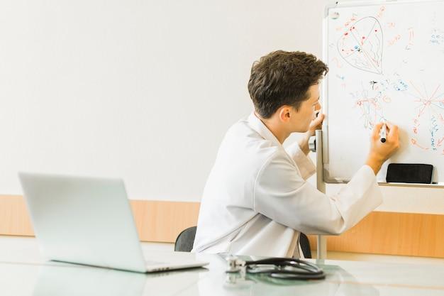Doktor mit laptop und whiteboard