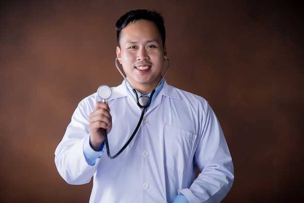 Doktor mit stethoskop, doktor, der im krankenhaus arbeitet
