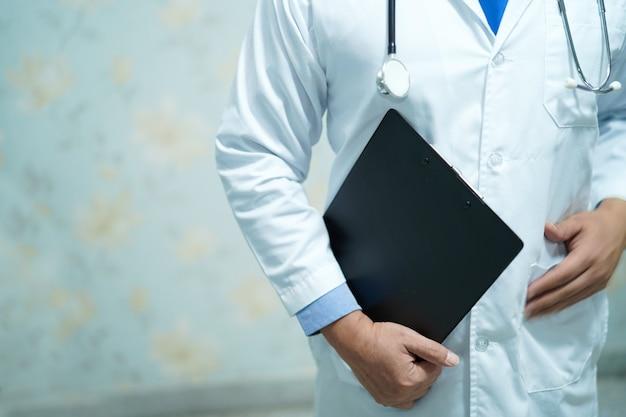 Doktor mit stethoskop zur überprüfung des patienten im krankenhaus.