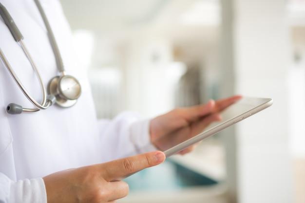 Doktor mit tablette in den händen