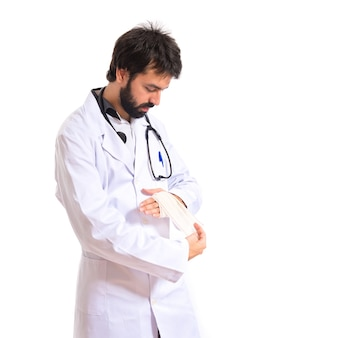 Doktor mit verband über weißem hintergrund