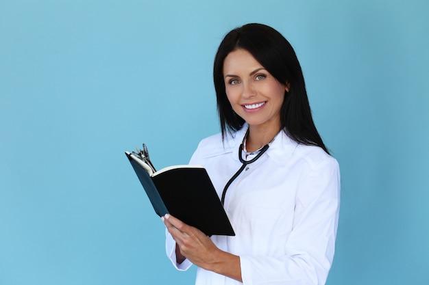 Doktor mit weißem gewand und stethoskop