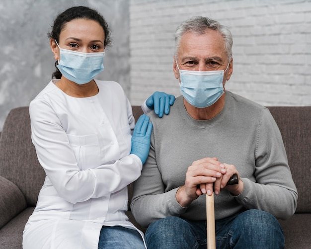 Doktor posiert mit ihrer patientin