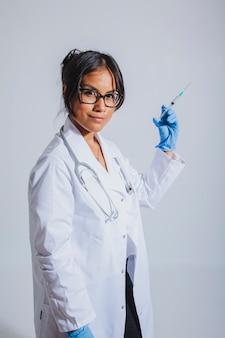 Doktor posiert mit impfstoff