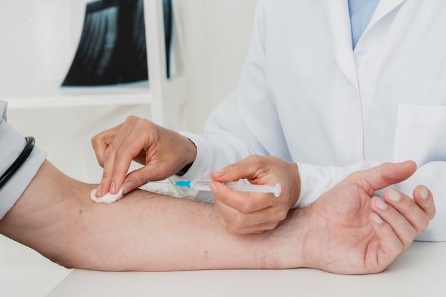 Doktor reinigung der injektionsstelle