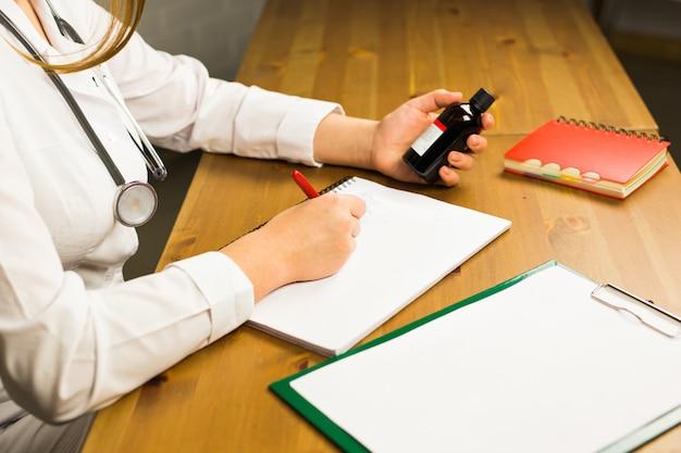 Doktor schreibt auf papier in der klinik