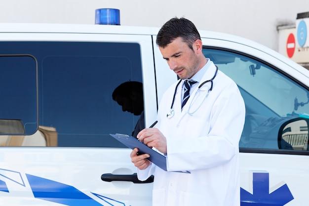Doktor schreibt in eine zwischenablage