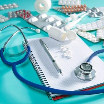 Doktor schreibtisch arbeitsplatz stethoskop spiralblock