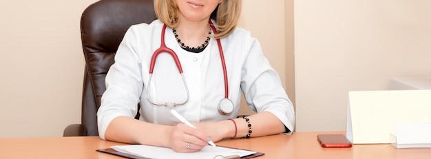 Doktor schriftlich auf papierkram. moderner krankenhaushintergrund.