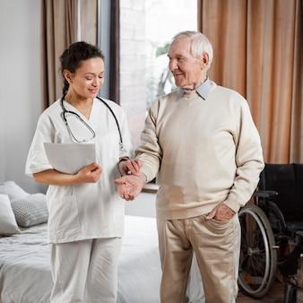 Doktor spricht mit ihrer älteren patientin Premium Fotos