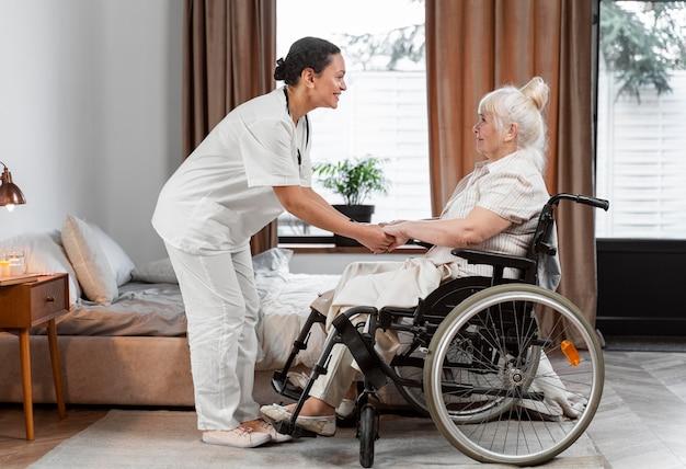 Doktor spricht mit ihrer älteren patientin