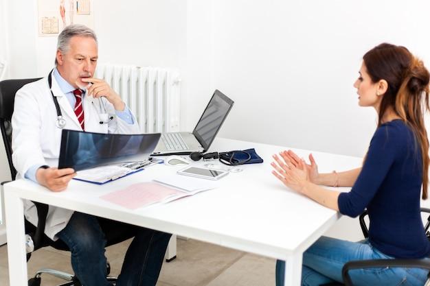 Doktor spricht mit seinem patienten