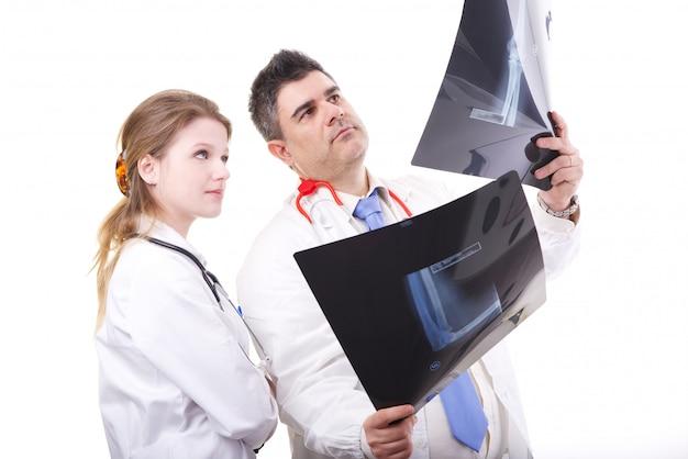 Doktor überprüft röntgenstrahlen