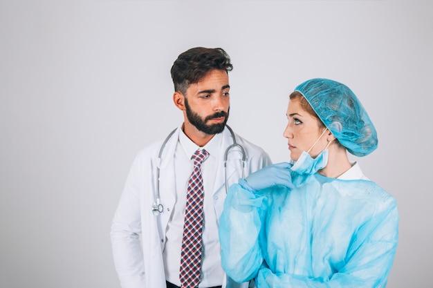 Doktor und chirurg diskutieren