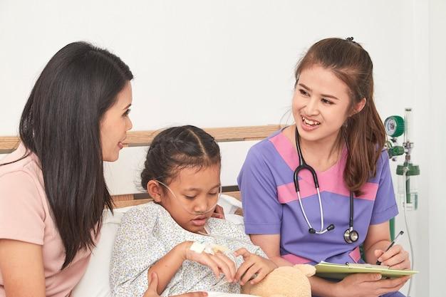 Doktor und kind mit mutter im krankenhaus