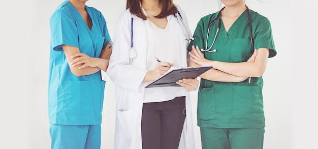 Doktor und krankenschwester, die geduldige informationen überprüfen