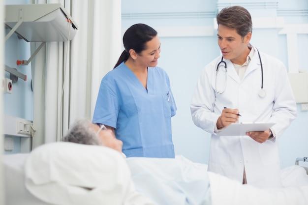Doktor und krankenschwester, die mit einem patienten sprechen
