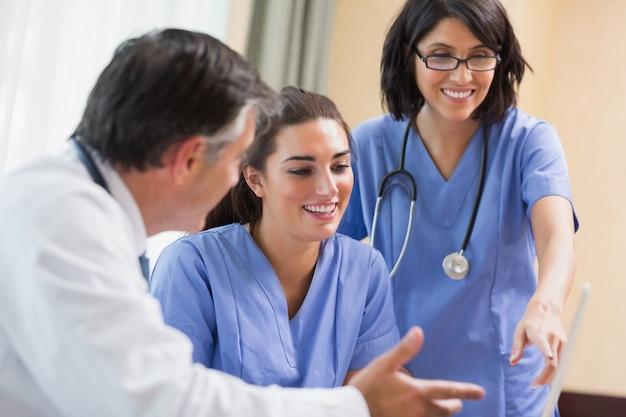 Doktor und krankenschwestern, die laptop betrachten