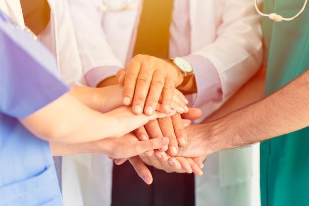 Doktor und medizinisches verbinden sich teamwork, um leuten konzept zu helfen.