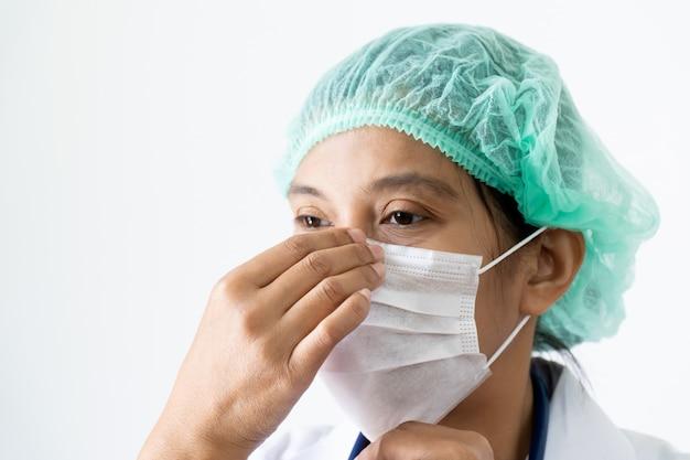 Doktor unter gesichtsmaske, die mund und nase bedeckt.