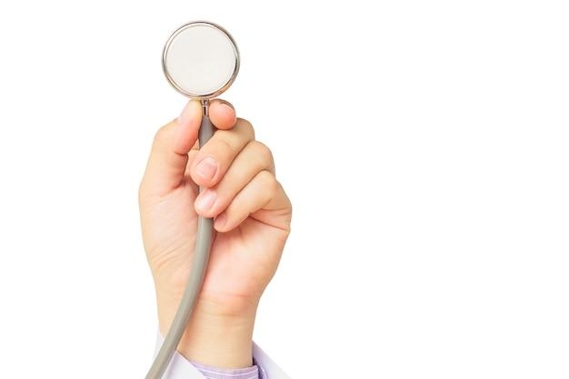 Doktor wird seinen patienten unter verwendung seines stethoskops untersuchen