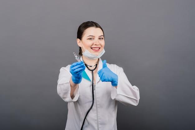 Doktor wissenschaftler mit spritze, die virus in der forschung für impfstoff analysiert
