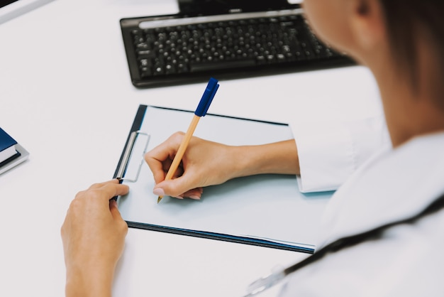 Doktor writing prescription online-konsultation