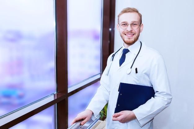 Doktorarbeit. hintergrund ein medizinstudent für lehrbücher in der krankenpflegeschule.