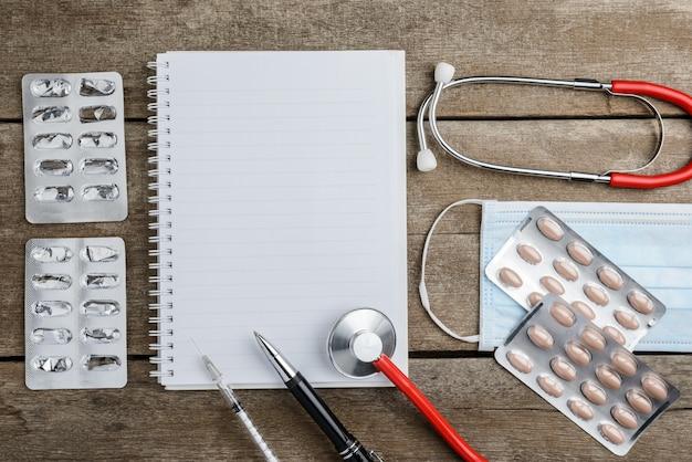 Doktorarbeitsplatz mit einem stethoskop auf holztisch