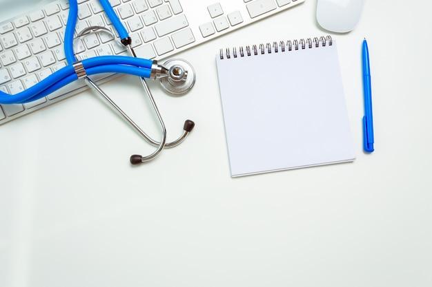 Doktorarbeitsplatz mit einem stethoskop