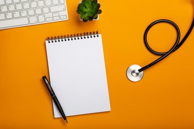 Doktorarbeitsplatz mit medizinischer ausrüstung auf gelber tabelle
