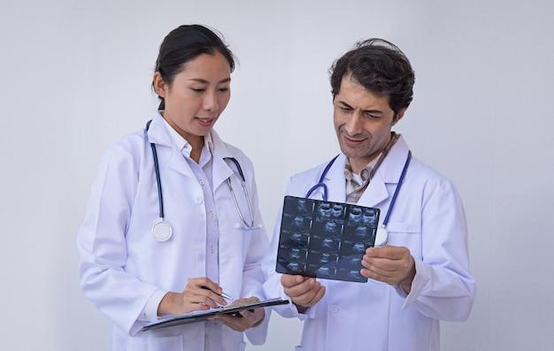 Doktoren, die ein klemmbrett mit verordnung anhalten