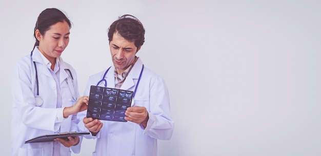 Doktoren, die ein klemmbrett mit verordnung, konzeptteamwork halten