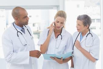 Doktoren, die einen wichtigen Telefonanruf im Ärztlichen Dienst haben