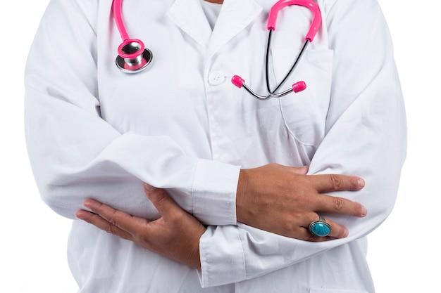 Doktorfrau mit rosa stethoskop auf weißem hintergrund.