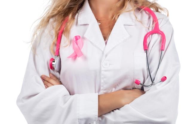 Doktorfrau mit rosa stethoskop mit brustkrebs rosa band auf einem weißen.