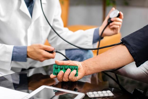 Doktorhände, die sorgfältig spannung messen