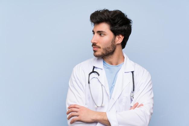 Doktormann, der seite steht und schaut