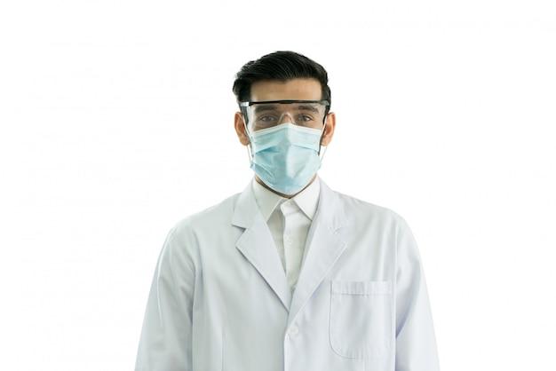 Doktorporträt, das maske und schutzbrille trägt, lokalisiert auf weißem hintergrund